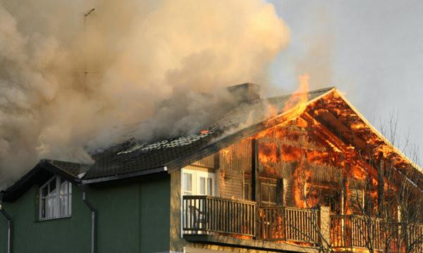 ฝันว่าไฟไหม้บ้านตัวเอง หรือ ฝันเห็นไฟไหม้บ้านตัวเอง ความหมายนิมิต  และการทำนาย   สยามรูมเมท.คอม